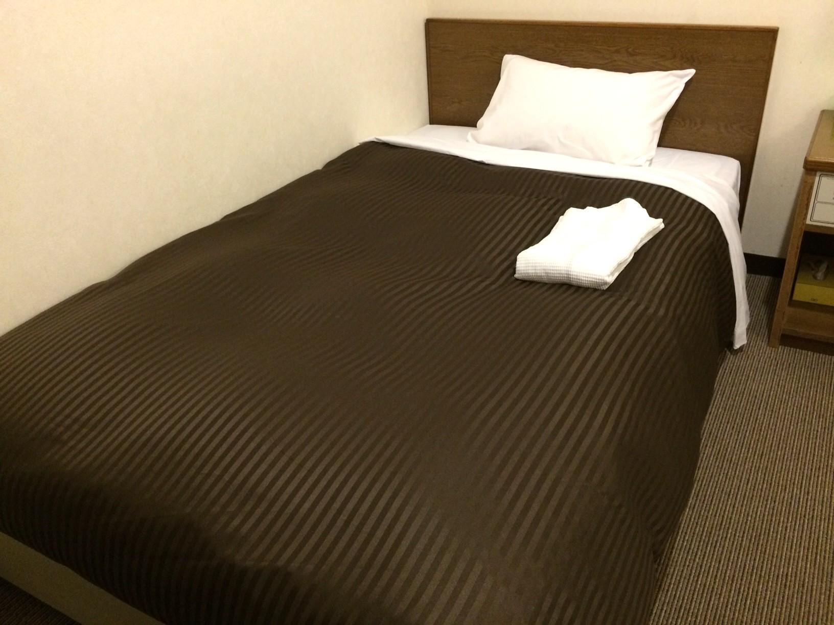 シングルルームです。 落ち着いたブラウン色の布団で心地よい眠りを!