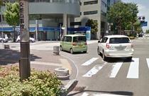 ③左側に『ローソン』が目印の交差点がございます。交差点名は『商工会議所入り口』です。ここを左折。