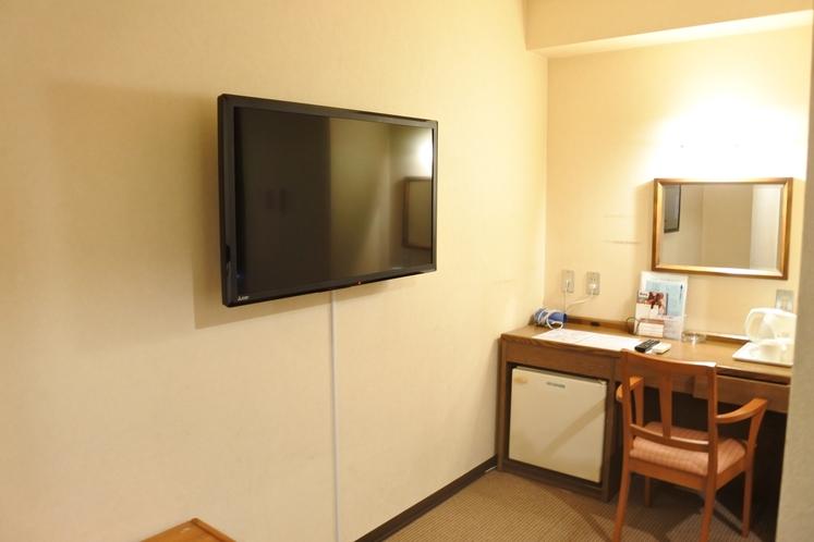 テレビです! ダブルルームには大きい40型を壁掛けで設置してます。