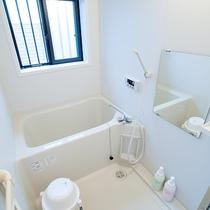 *共有バスルーム/一般家庭用サイズのお風呂でゆっくりと汗を流せます