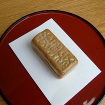 *地元小金井の銘菓「光華殿」(最中)を御用意しています。お茶と一緒にどうぞお召し上がりください。