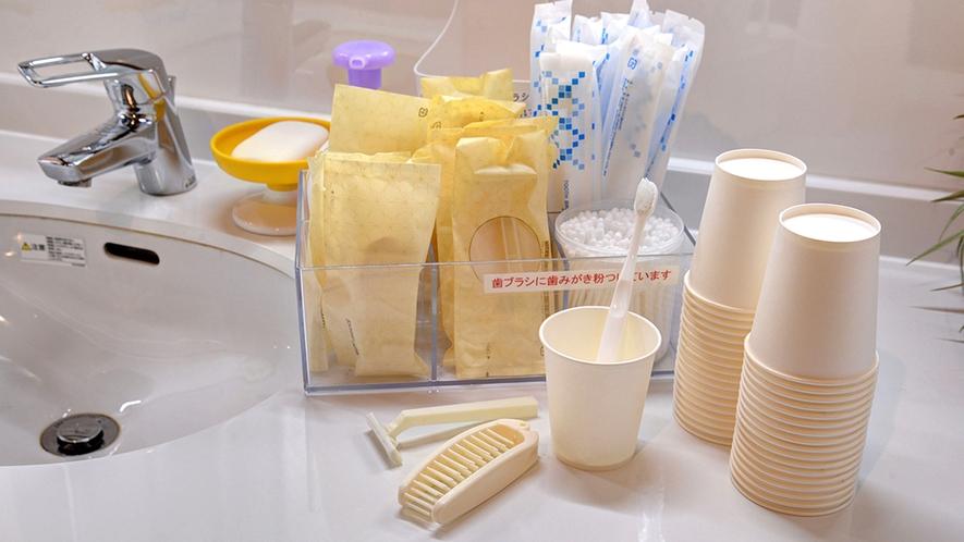 *アメニティ/歯ブラシセット、カミソリ、くし、綿棒などを共有洗面コーナーにご用意しています。