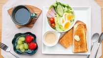 *nikoモーニングセット(一例)厚切りホテルブレッドやハムサラダ・フルーツなどをご用意。