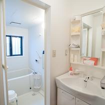 *共有バスルーム/2か所を貸切利用、シャワーは24時間いつでも利用できます(※バスタブは23時まで)