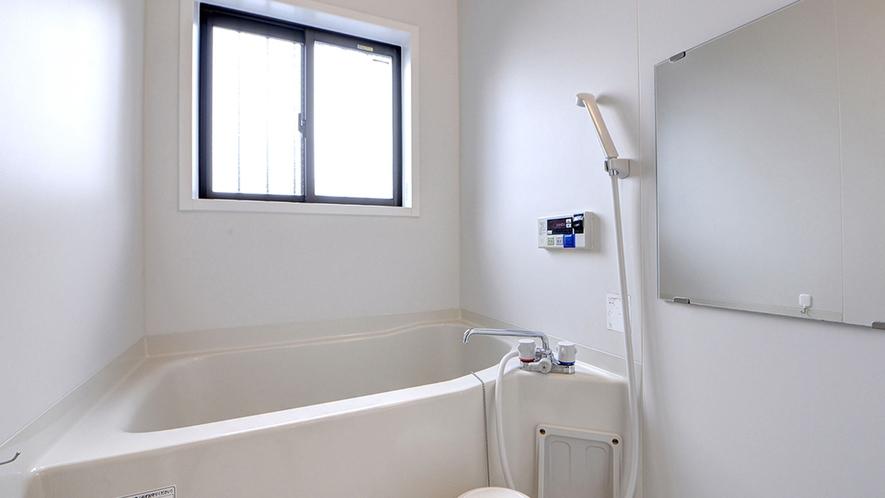 *共有バスルーム/一般家庭用サイズのお風呂でゆっくりと汗を流せます。