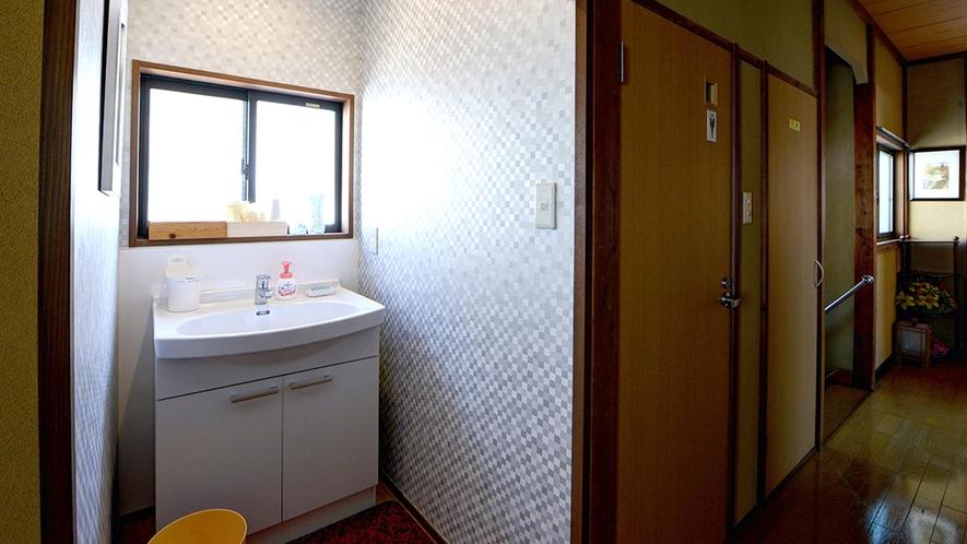 *共有洗面コーナー2F/各階にご用意しております。男女別個室トイレが近くにございます。