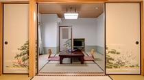 *和室14畳一例/7名様まで一緒に泊まれる8畳+6畳の二間続きの和室です。