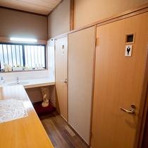 *共有洗面コーナー/洗面コーナーと男女別個室トイレは各階にございます