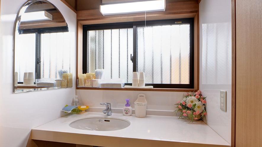 *共有洗面コーナー1F/各階にご用意しております。必要なアメニティはご自由にお使いください。