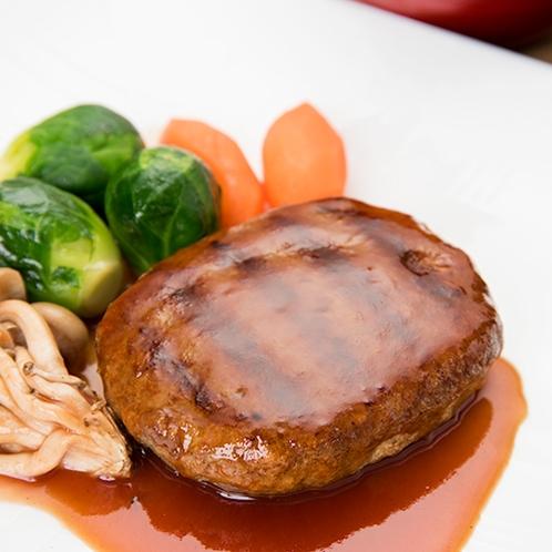**【ハンバーグ定食】日替わり夕食メニュー一例。特製ソースでお召し上がりください♪