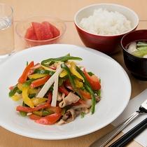 *【チンジャオロース定食】日替わり夕食メニュー一例。野菜のシャキシャキ感が絶妙な一品です。
