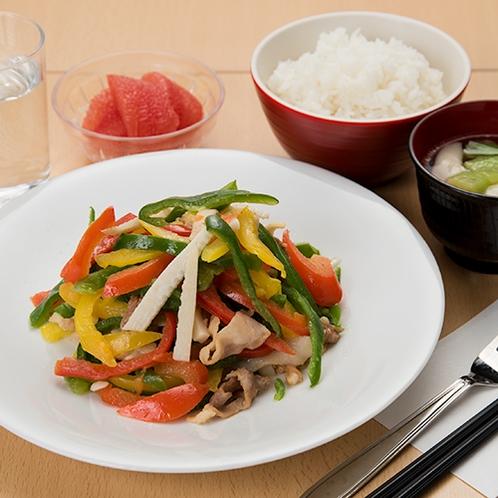 **【チンジャオロース定食】日替わり夕食メニュー一例。野菜のシャキシャキ感が絶妙な一品です。
