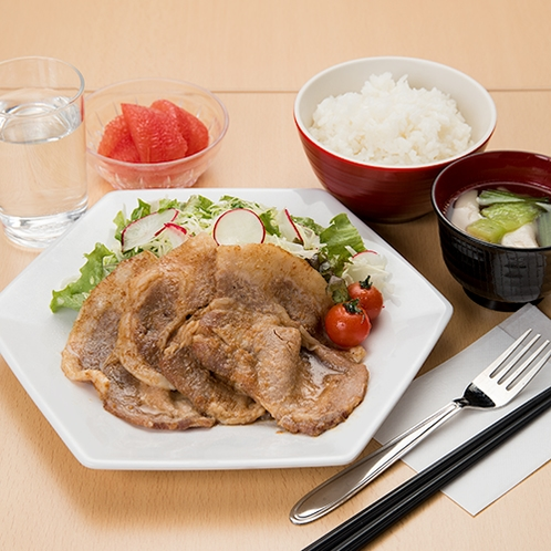 **【しょうが焼き定食】日替わり夕食メニュー一例。前日までのご予約でお召し上がりいただけます。