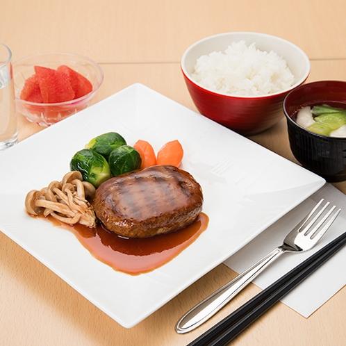 **【ハンバーグ定食】日替わり夕食メニュー一例。老若男女問わず大人気のメニューです!