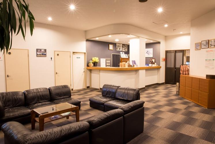 ★広いロビー(2階) ゆったりとしたソファーと作業場も