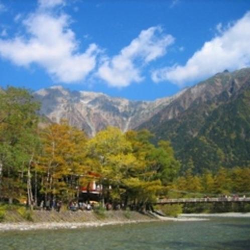 白樺荘(左)と穂高連峰・河童橋(秋)