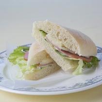 【昼食】ブリーチーズをサンド 上品な味わいです