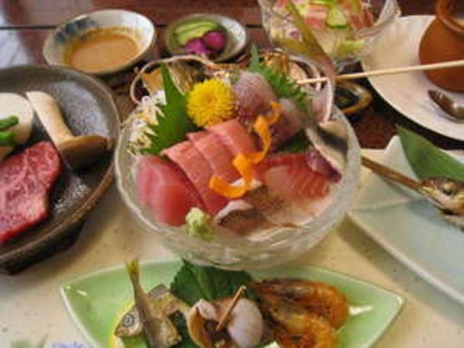 海鮮プランの夕食の一例。新鮮な地魚のお料理です!!