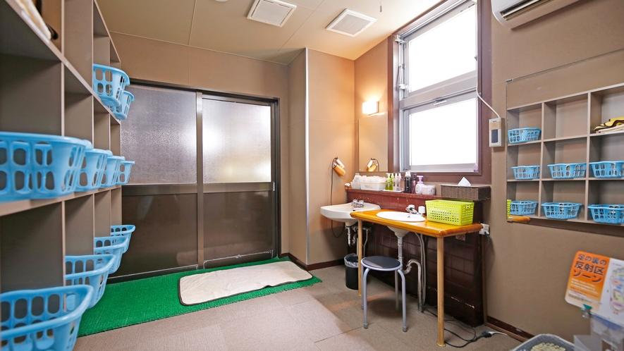 こじんまりした浴場の脱衣所(男女朝夕入れ替え制)