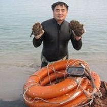 夏季のみしか獲れない岩がきを素潜り漁でゲット!した当館社長です。 500×500