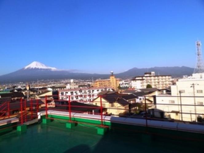 富士山を正面左にして愛鷹連峰を望む