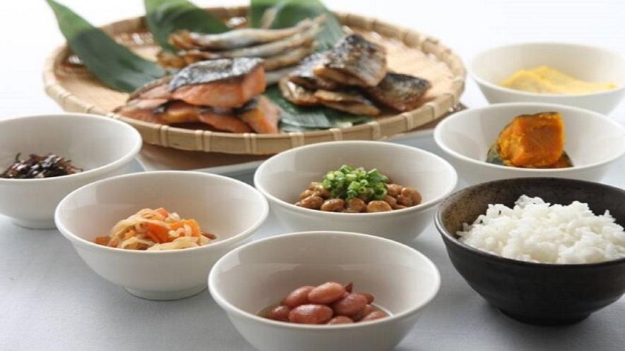 朝食バイキングイメージ:焼き立ての魚や朝ごはんの定番の納豆!和食の種類も豊富!