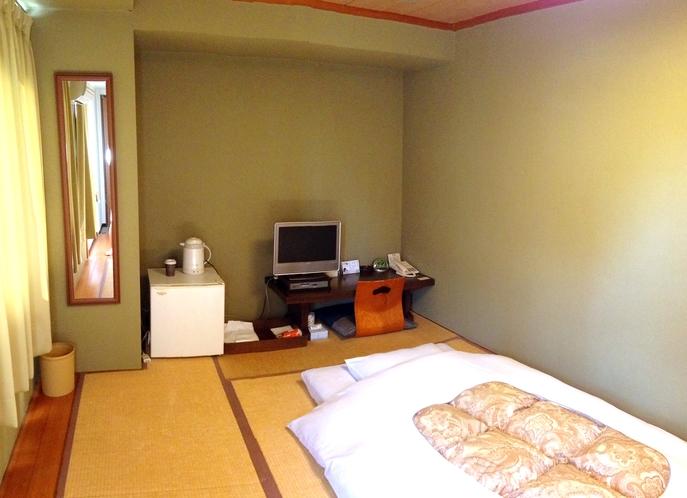 安らげる和室のシングルルームをご用意しております。