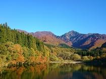 桟橋の中央から湖と紅葉した山々が望めます