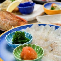 *【夕食一例】春まで楽しめるふぐを、てっさでご用意いたします。