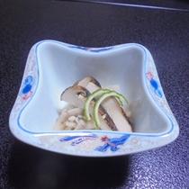 【秋の料理一例】秋きのこのおろし合え(天盛は松茸です)