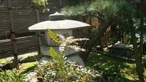 *【館内一例】玄関前の庭