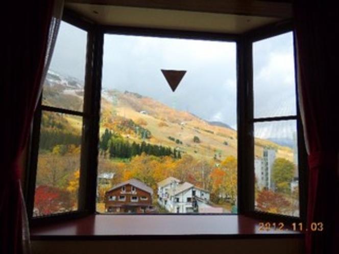 部屋から苗場スキー場を望む