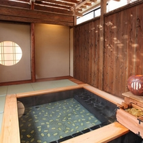 *大浴場月みかげの湯・開運茶室露天風呂/開運祈願された小判をあしらった個性豊かな露天風呂。