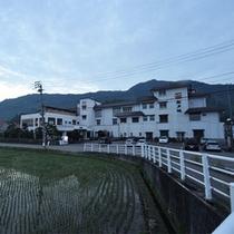 *外観/坂戸山を背に、目の前には田んぼの景色がひろがるのどかな原風景。