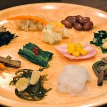 *朝食一例/盛り付け一例。南魚沼産コシヒカリに合う和食のおかずが充実。