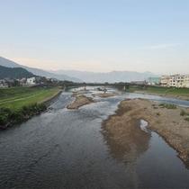 *周辺景色/山と川、のどかな自然の風景がひろがっています。