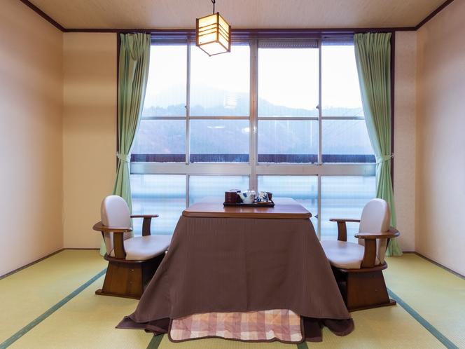 和洋室二人部屋 冬季はこたつに入ってお寛ぎいただけます♪