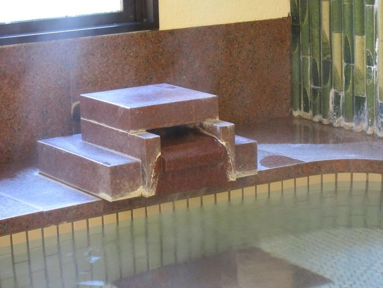 【温泉】 湯口についた湯の花が温泉の証