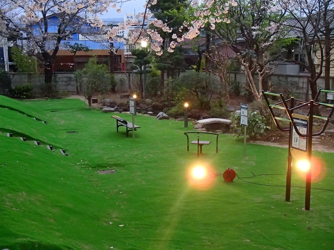 【中庭】 春には夜桜・花見もできます