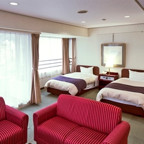 客室一例:街側和洋室_洋間には広々ソファもご用意しております。