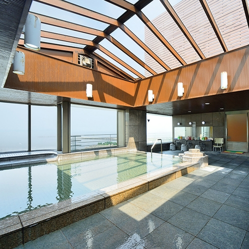 【大浴場】天井にも採光窓のある開放的な内湯です。陽の当たrる時間帯は明るく広々と湯浴みを楽しめます。