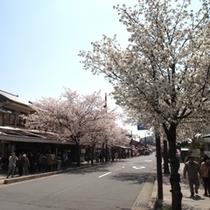 京福 嵐山駅前の通りにはお店がいっぱい