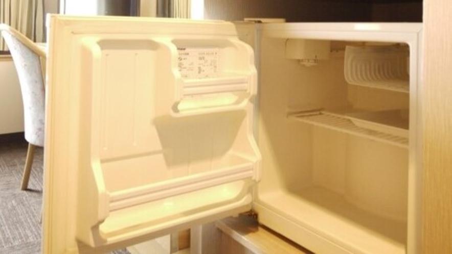 <客室>冷蔵庫  中は空です。持ち込み可能でございます。