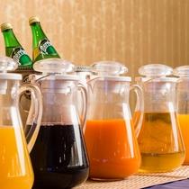 <朝食バイキング>飲み物各種揃えてます。