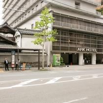 <ホテル横バス停>京都市バス 四条大宮停留所がホテル目の前です。