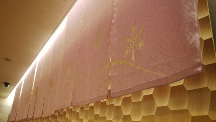 ◇フロント◇京都らしいのれん「紋意匠」  染めは引き染めぼかし、金は金彩工芸、生地は京都丹後です。