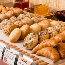 <朝食バイキング>焼きたてパン クロワッサン、レーズンブレッドが人気です。