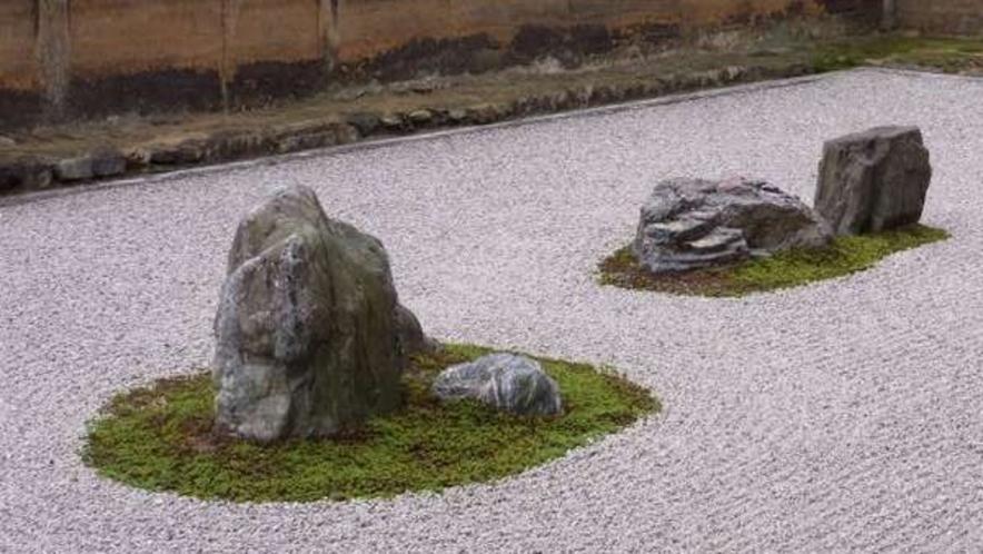 竜安寺(世界文化遺産)石庭が有名です。
