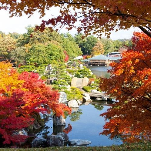 隣接する日本庭園「三景園」の紅葉