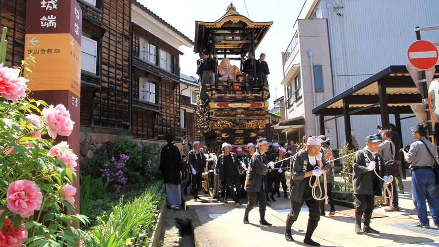 <城端曳山祭>ユネスコ無形文化遺産/毎年5月4日・5日